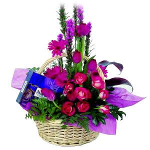 çikolata ve sepette çiçek   Kırşehir çiçek yolla , çiçek gönder , çiçekçi