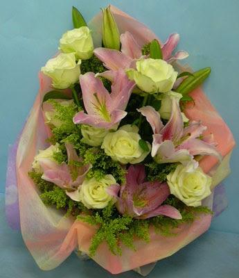 11 adet gül ve 2 adet kazablanka buketi  Kırşehir çiçekçi mağazası