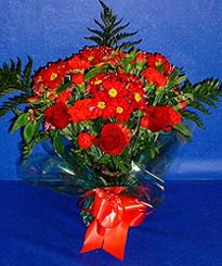 Kırşehir çiçek , çiçekçi , çiçekçilik  3 adet kirmizi gül ve kir çiçekleri buketi