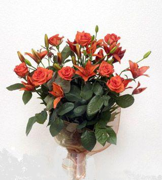 9 adet gül ve 3 adet lilyum çiçegi buketi   Kırşehir çiçek siparişi vermek