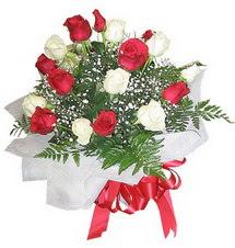 Kırşehir çiçekçi telefonları  12 adet kirmizi ve beyaz güller buket