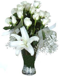 cam içerisinde 11 beyaz gül ve 1 kazablanka  Kırşehir hediye çiçek yolla