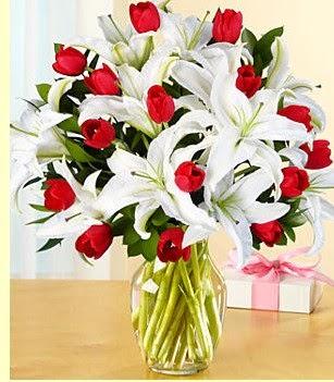 Kırşehir hediye çiçek yolla  3 kazablanka 10 kırmızı gül vazosu