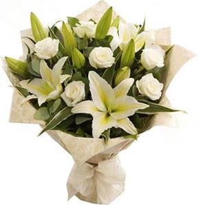 Kırşehir uluslararası çiçek gönderme  3 dal kazablanka ve 7 adet beyaz gül buketi
