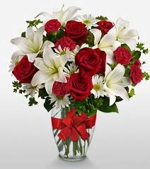 Eşsiz vazo tanzimi güller kazablankalar  Kırşehir internetten çiçek siparişi