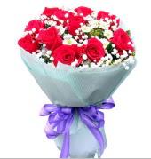 12 adet kırmızı gül ve beyaz kır çiçekleri  Kırşehir ucuz çiçek gönder