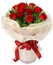 12 adet kırmızı gül buketi  Kırşehir uluslararası çiçek gönderme