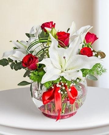 Fanus Vazoda 2 Lilyum ve 5 Gül Dansı  Kırşehir çiçek gönderme sitemiz güvenlidir
