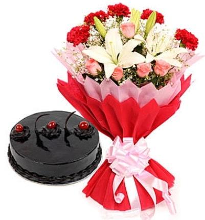 Karışık mevsim buketi ve 4 kişilik yaş pasta  Kırşehir ucuz çiçek gönder